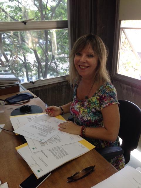 Arq. Ana Cristina Archangeletti, supervisora de projetos e obras da Subprefeitura de Pinheiros, assinando o protocolo de entrada do processo de adoção. Foto: SAAP